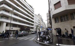 Des journalistes font le pied de grue devant la clinique de la Muette, dans le 16e arrondissement de Paris, le 9 octobre 2011.