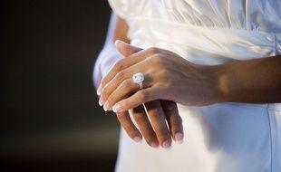 Une alliance en diamant, à la main d'une mariée.