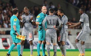 Les joueurs marseillais entourent l'arbitre lors de leur défaie contre Bordeaux le 12 avril 2015.