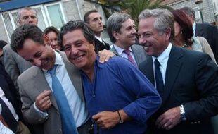 Nicolas Sarkozy, alors Ministre de l'Economie, plaisante avec Christian Clavier et Camille de Rocca Serra, le 11 septembre 2004, à Porto-Vecchio. Il est venu assister à l'avant-première de «l'Enquête Corse», dans lequel joue Clavier.