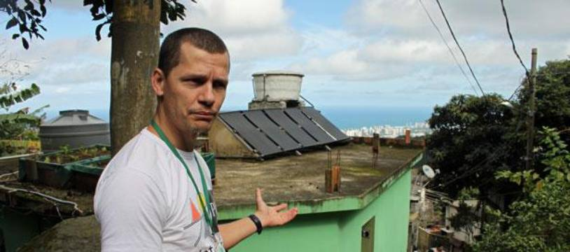 Ottavio Barros fait visiter la favela de Vale Encantado, à Rio de Janeiro, le 23 juin 2012.