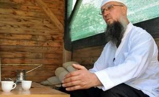 Izet Hadzic, imam auto-proclamé du village de Osve (nord de la Bosnie) assis devant sa maison, le 18 mai 2016