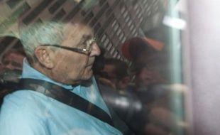Peter Madoff, jeune frère de l'escroc Bernard Madoff avec lequel il a travaillé pendant trente ans, a plaidé coupable vendredi à New York de fraude financière et accepté une peine de de dix ans d'emprisonnement.
