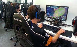 Des joueurs de Millenium dans l'eSport Arena de Webedia, à Levallois, le 17 septembre 2015.