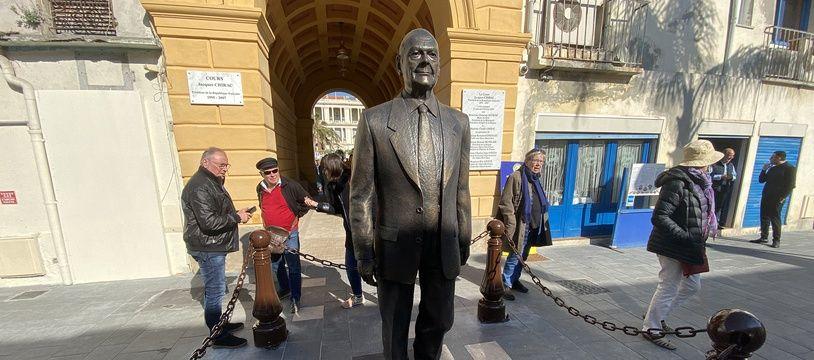 Depuis lundi, la statue est entourée par de lourdes chaînes