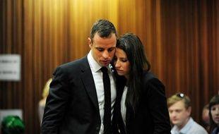 Oscar Pistorius en compagnie de sa soeur Aimee, au tribunal à Pretoria, le 19 mars 2014