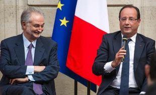 """L'économiste Jacques Attali a présenté samedi à François Hollande une série de propositions prônant un """"capitalisme patient"""", inscrivant son action sur le long terme et soucieux de préserver l'avenir, seule façon de parvenir à une société moins dépendante de la """"tyrannie du précaire"""" et de la """"myopie actionnariale""""."""