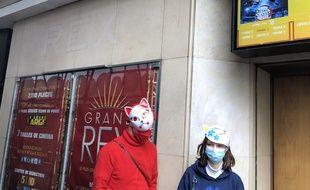 Claude et Camille, fans « masqués » de père en fille, ont assisté à la première séance de «Demon Slayer » au Grand Rex à Paris