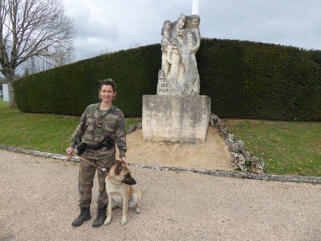 L'adjudante Minguet, spécialiste de médiation canine, avec Loup, un malinois de trois ans.