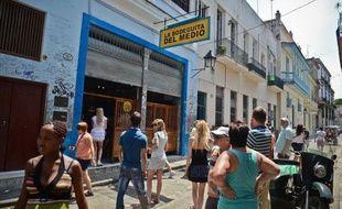 Temple du mojito cubain, le petit bar de La Havane La Bodeguita del Medio fête ses 70 ans et reste incontournable pour des millions de touristes qui viennent découvrir l'ancien repaire favori de l'écrivain américain Ernest Hemingway.