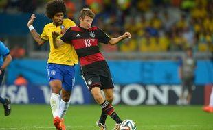 Dante (à gauche) au duel avec Thomas Müller, lors de la Coupe du monde 2014