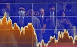 La croissance a nettement ralenti au Japon entre juillet et septembre, à 0,3% d'un trimestre sur l'autre, comme pour rappeler l'ampleur du défi auquel fait face la politique de relance du Premier ministre Shinzo Abe.