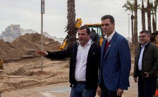 Le Premier ministre espagnol Pedro Sanchez (à droite) et le maire de Peniscola Andres Martinez (à gauche) découvrent l'étendue des dégâts et  dommages causés par la tempête Gloria dans le village de Peniscola, Castellon, à l'est de l'Espagne le 25 janvier 2020.