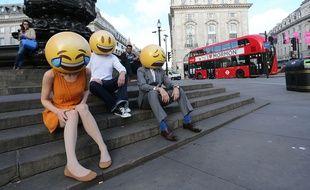 Trois personnes se sont baladées dans Londres déguisées en emojis humains en 2015 pour une campagne de pub