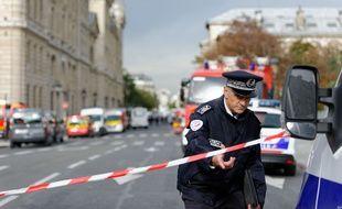 Un policier proche de la préfecture de police de Paris après l'attaque au couteau qui a eu lieu le 3 octobre 2019. (illustration)