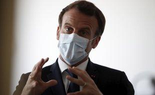 Emmanuel Macron porte un masque lors d'une visite à Pantin, le 7 avril 2020.