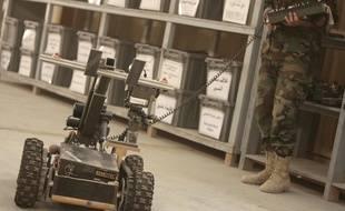 Un soldat manoeuvre un robot démineur  au centre d'entraînement de Besmaya, près de Bagdad, le 5 juillet 2009.
