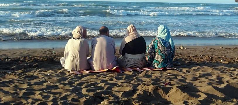 Des femmes sur une plage, en Algérie, en 2016.
