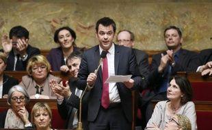 Le député français Olivier Véran (C) prend la parole lors d'une séance de questions au gouvernement à l'Assemblée nationale le 1er avril 2015 à Paris