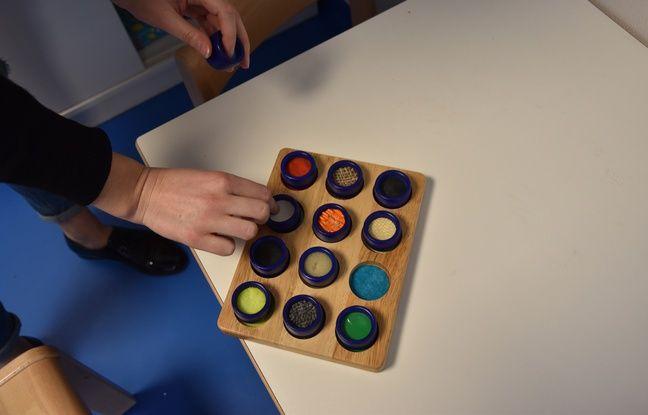 Dans la salle sensorielle, les psychologues proposent ce plateau tactile pour que les enfants avec autisme puissent tester plusieurs matières, plus ou moins agréables.