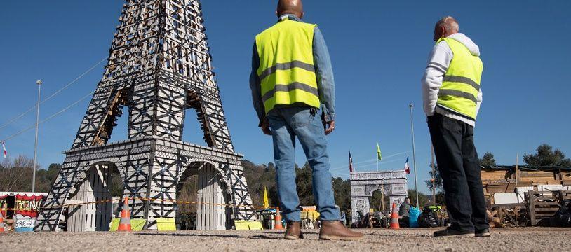 Une tour Eiffel en palettes bâtie par des «gilets jaunes» sur un rond-point dans le Var