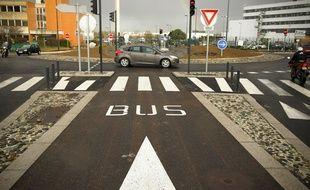 D'ici un an, les voitures pourront rouler à côté des bus