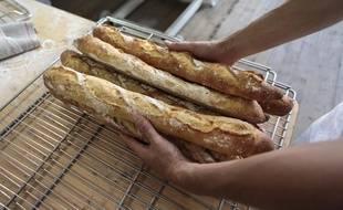 Courir après les baguettes de pain serait-il le nouveau sport de l'été dans les rues de Paris ?
