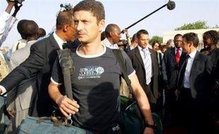 L'avion du président Nicolas Sarkozy ramenant du Tchad les trois journalistes français inculpés dans l'affaire de l''Arche de Zoé est arrivé dimanche soir, peu avant 23H30, sur l'aéroport militaire de Villacoublay (Yvelines).