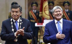A gauche, l'actuel président du Kirghizstan , Sooronbai Jeenbekov. A droite, son prédécesseur, inculpé pour corruption, Almazbek Atambaïev, le 24 novembre 2017.
