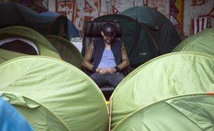 Un migrant installé au milieu d'un campement de tentes, près de la gare d'Austerlitz, à Paris, le 14 juin 2015 (Archives)