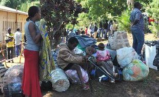 Des malawites attendent près de leur affaires d'être rapatriés dans leur pays, le 21 avril 2015, après les émeutes xénophobes qui ont fait 7 morts en Afrique du Sud
