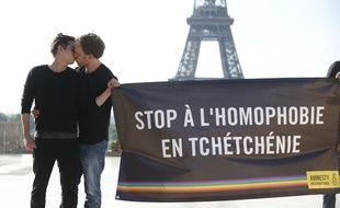 Des militants d'Amnesty International s'embrassent pour dénoncer les persécutions en Tchétchénie contre la communauté LGBT, le 29 mai 2017 à Paris.