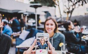 Illustration de deux personnes avec un smartphone.
