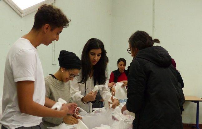 Vaulx-en-Velin (Rhône), le 23 octobre 2016. Des jeunes préparent des repas destinés à des migrants dans le cadre de l'événement