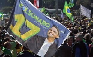 Des manifestants contre le vote électronique, le 1er août à Sao Paulo, brandissent des images du président Jair Bolsonaro.