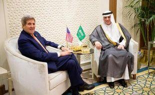 Le chef de la diplomatie de l'Arabie saoudite Adel al-Jubeir (d) et le secrétaire d'Etat américain John Kerry, le 7 mai 2015 à Ryad