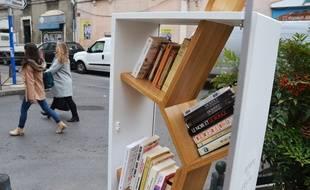 Le premier arbre à livres de Montpellier installé sur la place Jaumes.