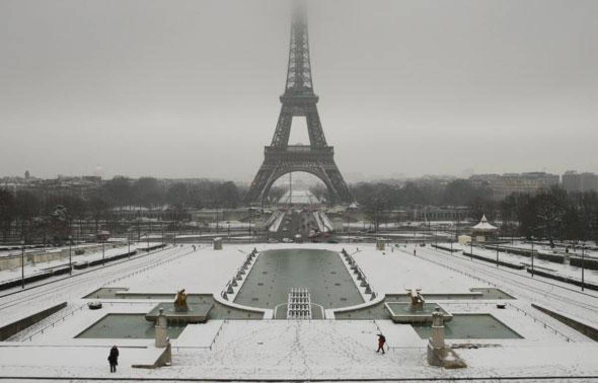 General view of snow-covered Trocadero esplanade in front the Eiffel Tower in Paris as winter weather hits the French capital February 2, 2009.  REUTERS/Benoit Tessier  (FRANCE) – REUTERS/Benoit Tessier