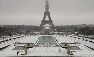 General view of snow-covered Trocadero esplanade in front the Eiffel Tower in Paris as winter weather hits the French capital February 2, 2009.  REUTERS/Benoit Tessier  (FRANCE)