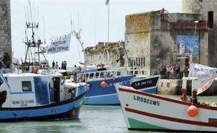 Les pêcheurs de la côte atlantique, excédés par la hausse continue du prix du gazole, bloquaient toujours dimanche l'accès à trois ports dans l'attente d'une réunion sur le comité de suivi d'un plan d'aide que doit présider mercredi le ministre de la Pêche, Michel Barnier.