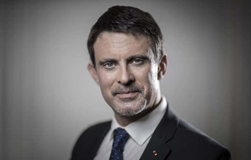 Manuel Valls officiellement candidat à la mairie de Barcelone 960x614_former-french-prime-minister-and-member-of-parliament-manuel-valls-looks-at-his-mobile-phone-he-poses-in-his-office-during-photo-session-in-paris-dece