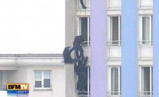 Capture d'écran de BFM TV montrant l'assaut du Raid afin de maîtriser le forcené du foyer pour jeunes travailleurs de Rosny-sous-Bois, le 17 mars 2011.