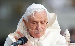 Le pape Benoît XVI lit son discours lors de la cérémonie de bienvenue à l'aéroport de Malte, le 17 avril 2010.