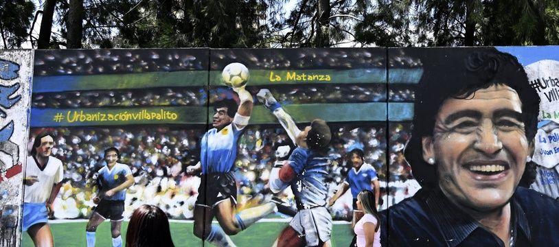 Une fresque représentant le but de la main de Maradona lors d'Argentine-Angleterre en 1986, peinte sur un mur de Buenos Aires à l'occasion du 60e anniversaire de la légende argentine, le 30 octobre 2020.
