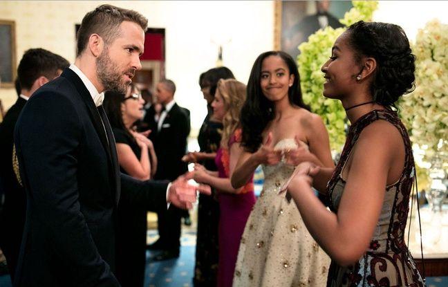 Sasha Obama en pleine discussion avec Ryan Reynolds à la Maison Blanche, sous les yeux de Malia, pouces levés.