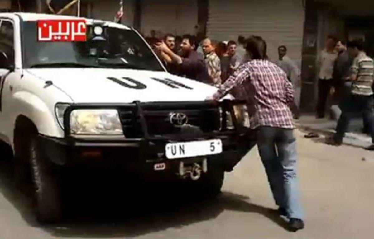 Capture d'écran d'une vidéo montrant un véhicule des observateurs de l'ONUs'enfuir après des coups de feu tirés sur des manifestants. – 20 MINUTES