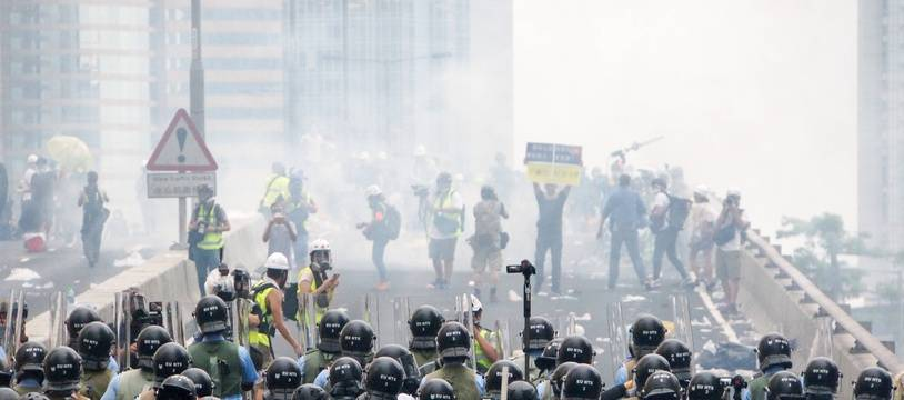 La police fait usage de gaz lacrymogènes sur les manifestants à Hong Kong, le 12 juin 2019.