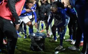 Football: Après la victoire de Strasbourg contre Bordeaux, la qualification en finale de la Coupe de la Ligue, c'est la fête et la communion avec les supporters au stade de la Meinau.