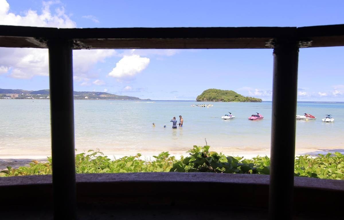 Des touristes prfiten de la plage sur l'île de Guam. – Virgilio VALENCIA / AFP