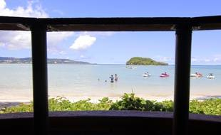 Des touristes prfiten de la plage sur l'île de Guam.